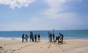初心者は先ず浜辺でレッスンを受けます。